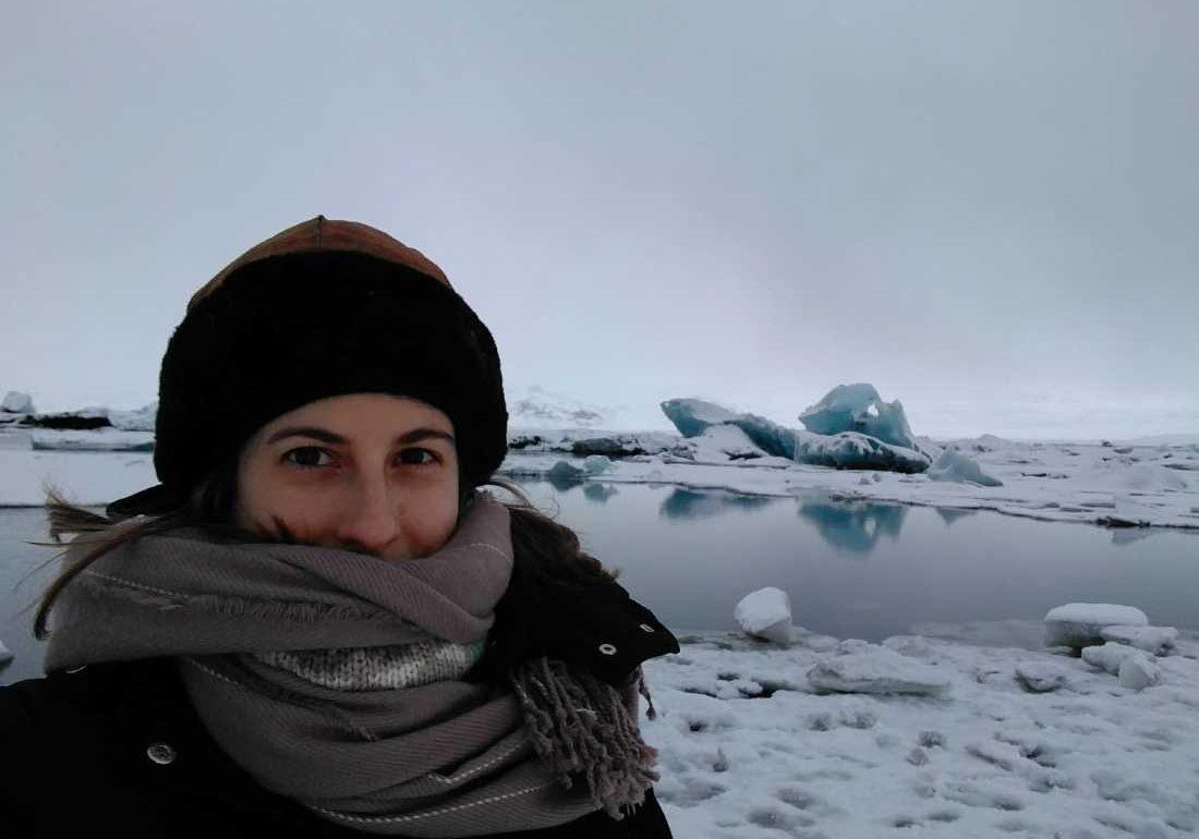 Mary Caves con los icebegs de Jokusarlon