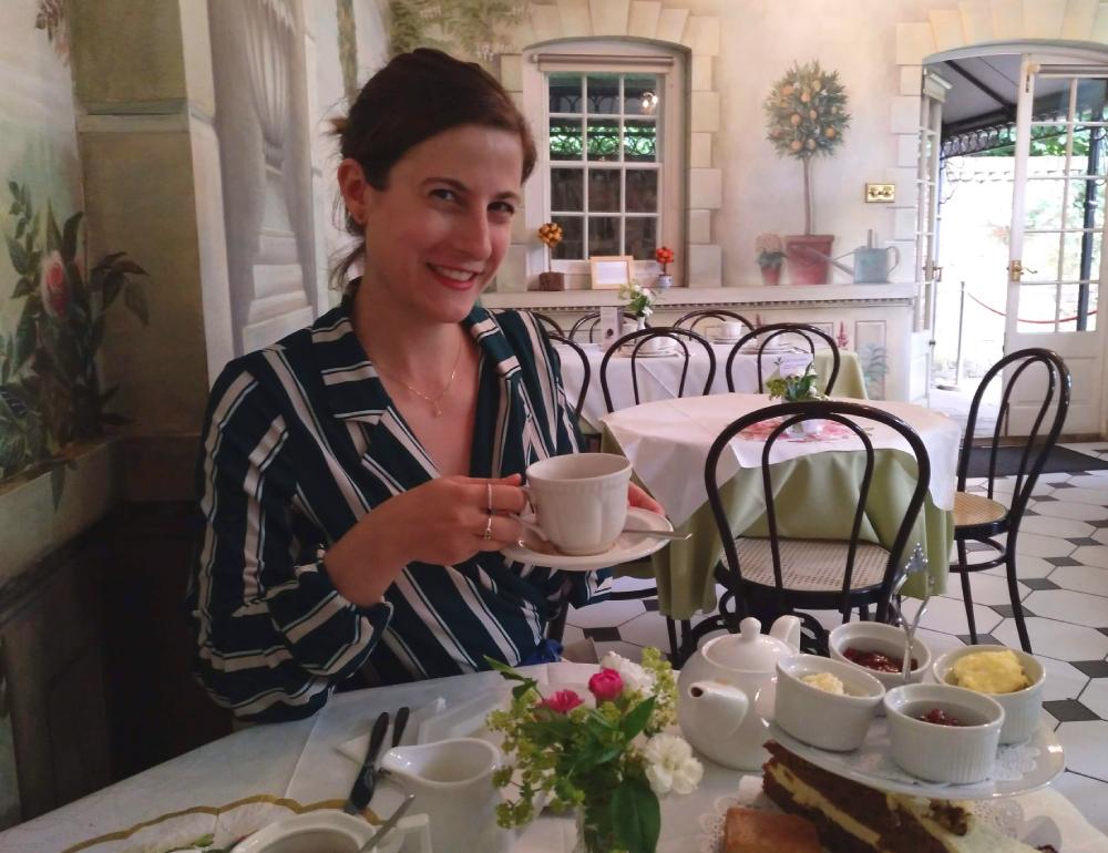 Mary Caves en L´Orangerie salón de té del museo de los abanicos de Londres