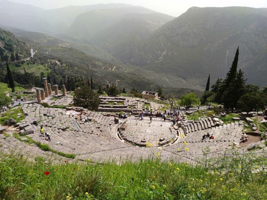 Vista de Delfos desde lo alto del monte Parnaso en Grecia