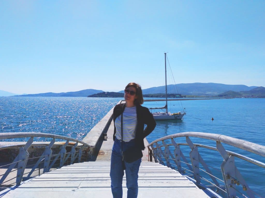 Mary Caves en puerto de Volos en Grecia