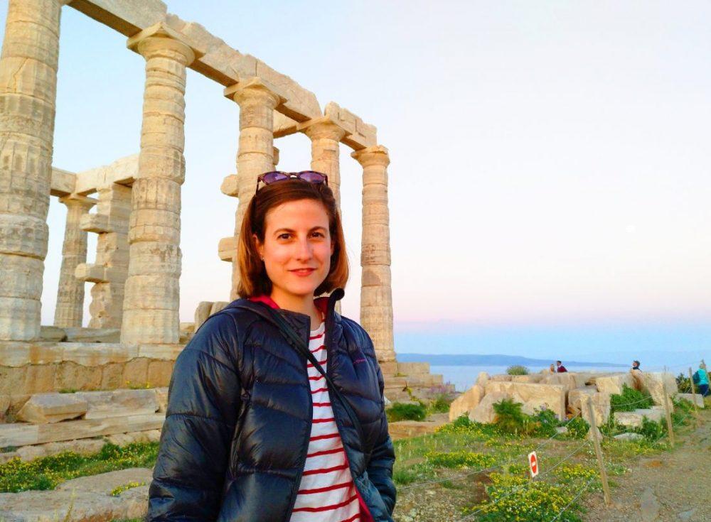 Mary Caves en el Templo de Poseidon en Cabo Sunion, Grecia
