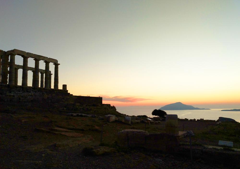 ocaso en Cabo Sunion con las columnas del templo de Poseidon a la izquierda